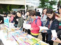 老師們在講座開始前仔細閱讀《活學中國語文》的課本及教材。
