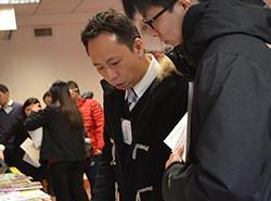 同事細心向老師講解《新活學中國語文》教材配套。