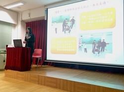 香港教育圖書公司營銷及市務高級經理黃可恒先生致送紀念品予鄭麗娟副校長。