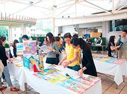 在場展示《活學中國語文》課本及教材,不少老師表示教材實用。