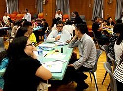 現場氣氛熱烈,老師踴躍分享他們的作品。