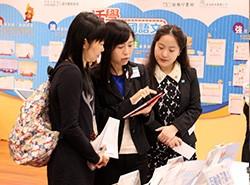工作人員示範《活學中國語文》電子課本及電子教學工具,冀望能幫助教師掌握電子教學的應用。