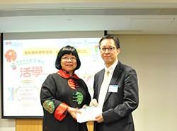 商務印書館課程發展顧問鄧薇先博士代表公司致送紀念品予佛教黃焯菴小學陳瑞良校長。