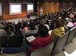 來自不同學校的二百多位老師,專心地聆聽講者的寶貴意見