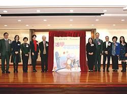 眾嘉賓為《活學中國語文》進行新書啟動儀式。