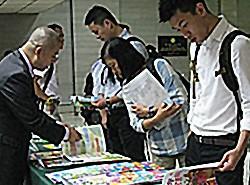 場內展示教圖出版的小學補充練習。