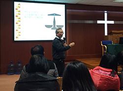 謝錫金教授分享一些提升學生中文寫作能力的方法,帶動討論。