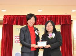 商務印書館(香港)有限公司總經理葉佩珠女士致送紀念品予文英玲博士。