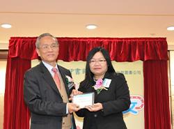 商務印書館(香港)有限公司總經理葉佩珠女士致送紀念品予謝錫金教授。