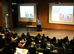 當日演講廳幾乎座無虛席,出席者專心聆聽講者的分享。