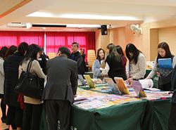 老師參觀《活學中國語文》最新的教材。