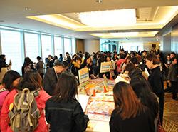 在場展示《活學中國語文》課本及教材,吸引不少教師瀏覽及查詢。